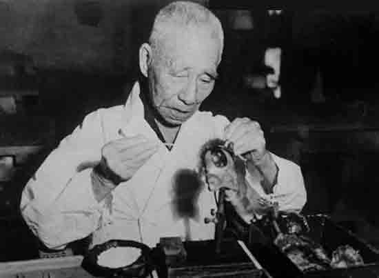Какой японец получил первый искусственный жемчуг из моллюсков